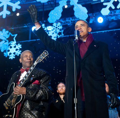 US President Barack Obama waves alongsid